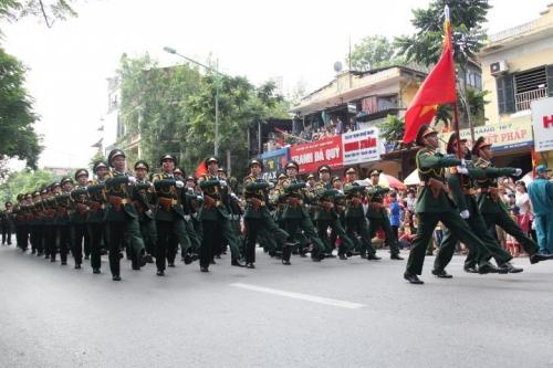 Hình ảnh đoàn diễu binh, diễu hành qua các tuyến phố 3