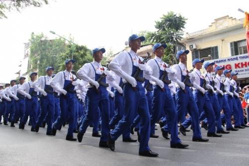 Hình ảnh đoàn diễu binh, diễu hành qua các tuyến phố 5