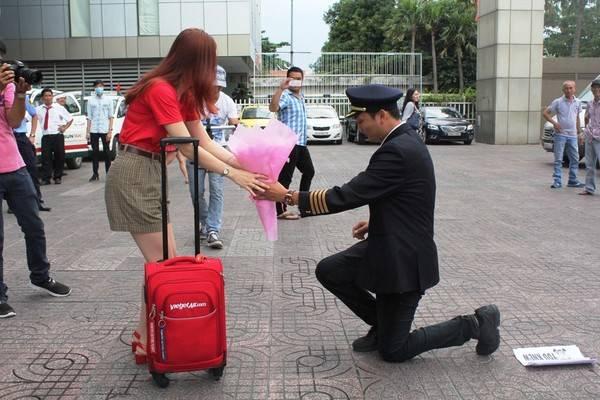 'Ông trùm Hoa hậu' cầu hôn tiếp viên hàng không ở sân bay Tân Sơn Nhất 1