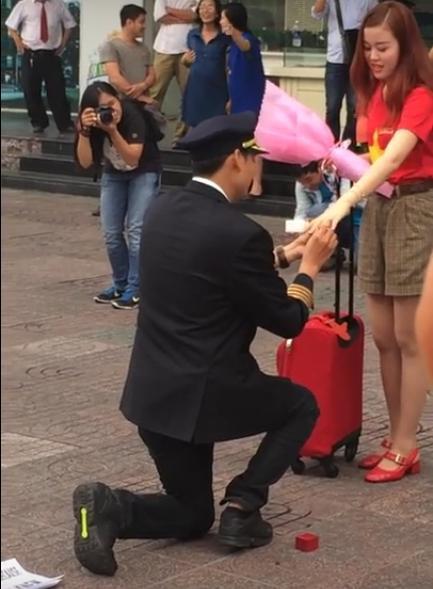 'Ông trùm Hoa hậu' cầu hôn tiếp viên hàng không ở sân bay Tân Sơn Nhất 2