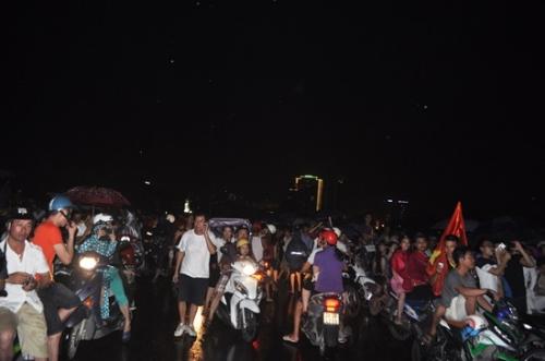 Mưa như trút nước, hàng ngàn người vẫn đội mưa xem bắn pháo hoa 1