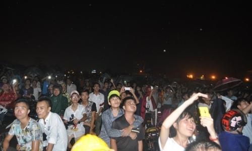 Mưa như trút nước, hàng ngàn người vẫn đội mưa xem bắn pháo hoa 14