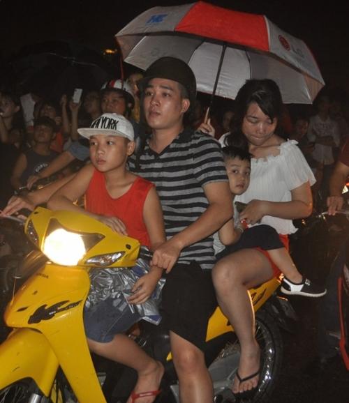 Mưa như trút nước, hàng ngàn người vẫn đội mưa xem bắn pháo hoa 20