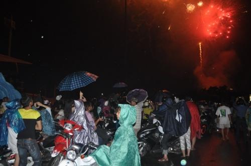 Mưa như trút nước, hàng ngàn người vẫn đội mưa xem bắn pháo hoa 3