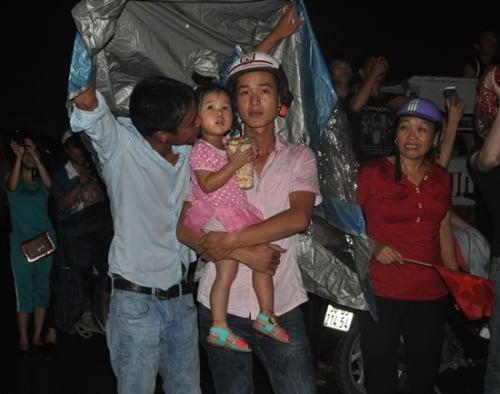 Mưa như trút nước, hàng ngàn người vẫn đội mưa xem bắn pháo hoa 4