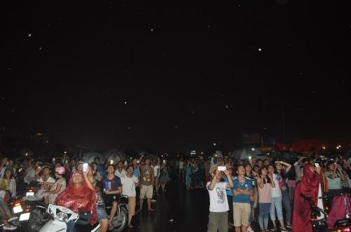 Mưa như trút nước, hàng ngàn người vẫn đội mưa xem bắn pháo hoa 7