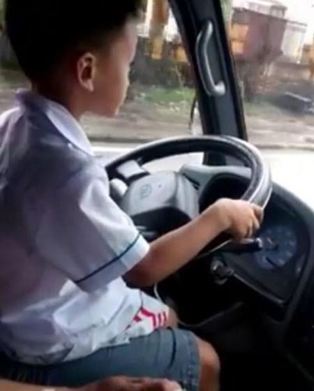 Sốc với bé trai 6 tuổi ngồi lái ô tô cùng bố