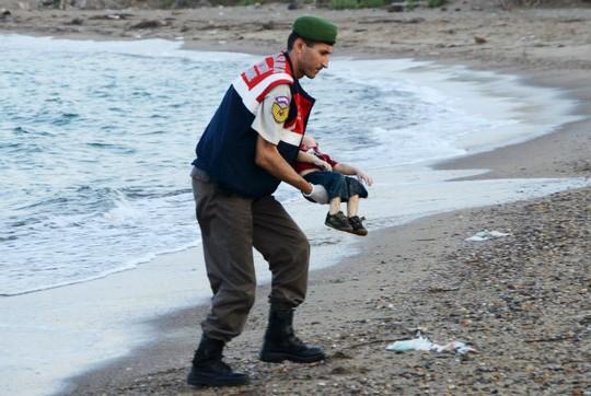 Những bức họa xót xa về cậu bé di cư dạt vào bờ biển 15