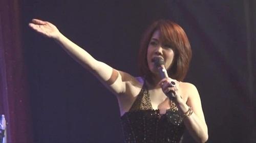 Hình ảnh Quang Linh hát một bài mua được 4 căn nhà mặt tiền số 2