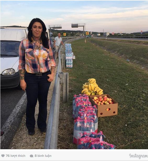 Dân Áo mang nước, thức ăn chào đón người nhập cư 4