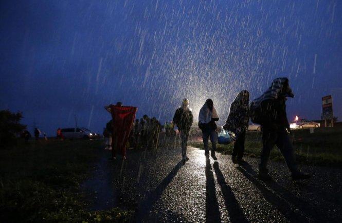 Dân Áo mang nước, thức ăn chào đón người nhập cư 9
