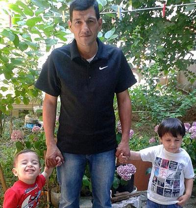 Bé trai dạt vào bờ biển đã cầu cứu bố trước khi chết 4