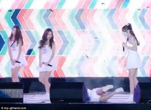 Nhóm nhạc nữ Hàn vừa nhảy vừa 'vồ ếch' khi diễn trên sân khấu 2