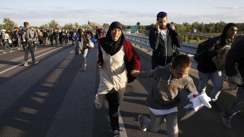 Hàng trăm người di cư ẩu đả với cảnh sát để sang Đức 1