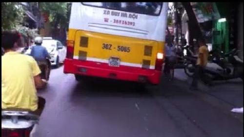 Video: Hoảng hồn xe buýt nghiêng ngả đón trả khách trên phố Hà Nội 2