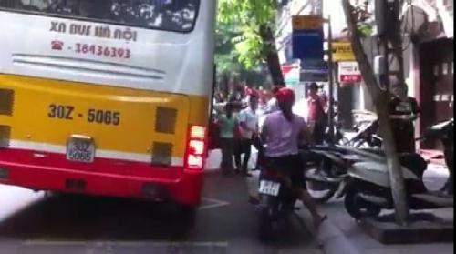 Video: Hoảng hồn xe buýt nghiêng ngả đón trả khách trên phố Hà Nội 3