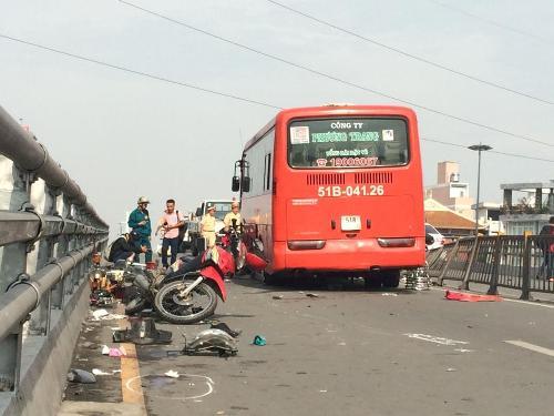 Nhân chứng kể lại vụ xe Phương Trang tông gần 10 xe máy trên cầu 3