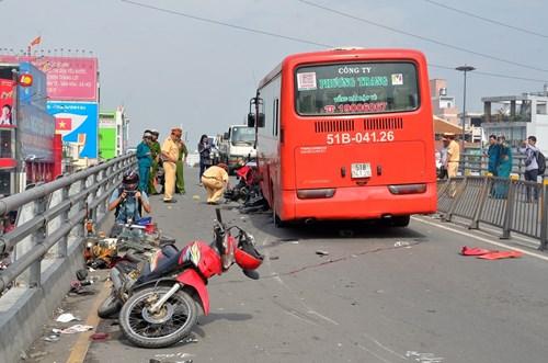 Xe khách Phương Trang gây tai nạn nghiêm trọng, 1 cô gái bị hất khỏi cầu 2