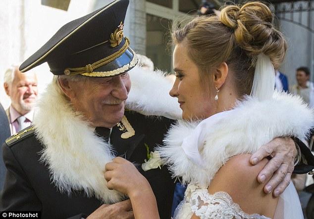 Đám cưới bí mật của tài tử Nga 84 tuổi và cô học trò 24 tuổi 1