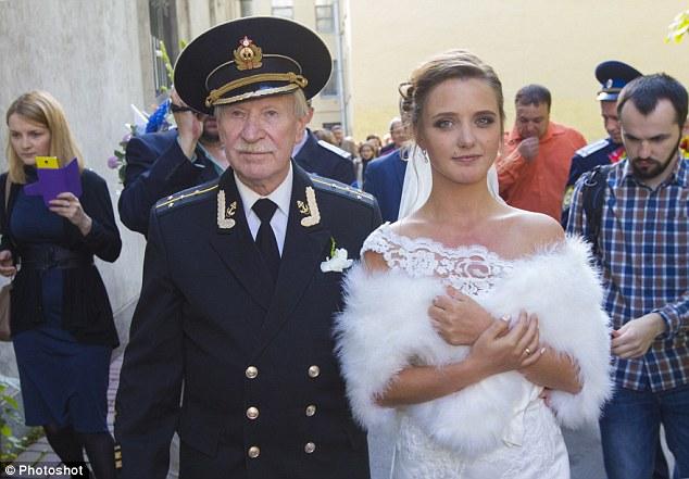 Đám cưới bí mật của tài tử Nga 84 tuổi và cô học trò 24 tuổi 3
