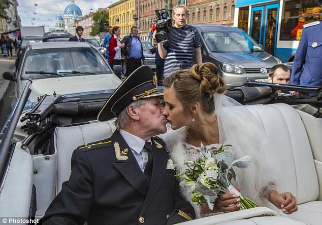 Đám cưới bí mật của tài tử Nga 84 tuổi và cô học trò 24 tuổi 5
