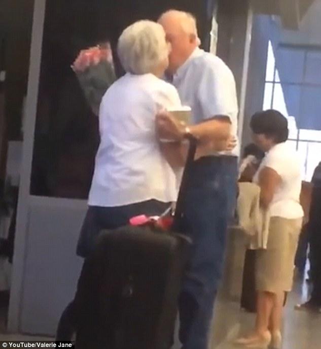 Chuyện tình ngọt ngào sau video đôi vợ chồng già đoàn tụ tại sân bay 2
