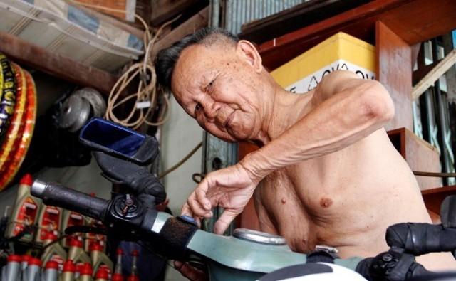 Cụ ông 85 tuổi phượt xuyên Việt bằng xe máy cà tàng 4