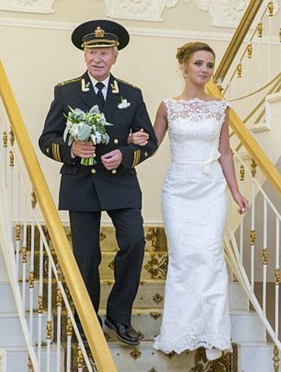 Cặp đôi chênh nhau 60 tuổi gây sốt cộng đồng mạng 4