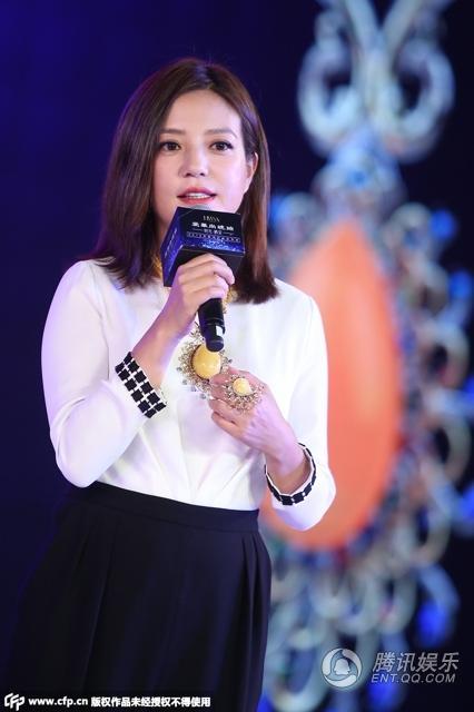 Triệu Vy khoe khoe khéo bộ trang sức bằng đá 'hổ phách' tại sự kiện 2