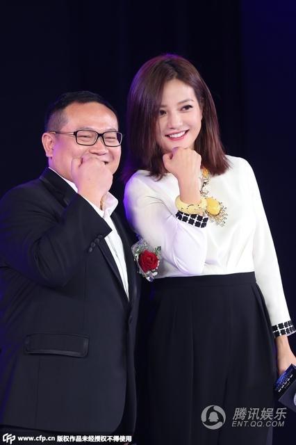Triệu Vy khoe khoe khéo bộ trang sức bằng đá 'hổ phách' tại sự kiện 4
