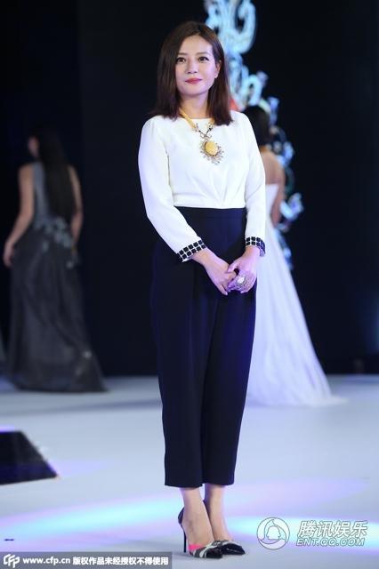 Triệu Vy khoe khoe khéo bộ trang sức bằng đá 'hổ phách' tại sự kiện 1