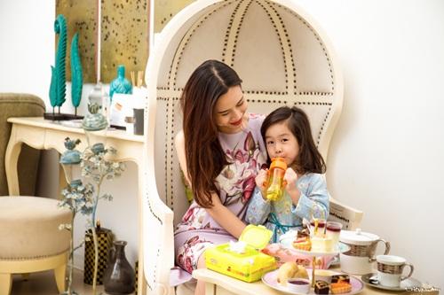 Con gái Lưu Hương Giang đáng yêu như thiên thần bên mẹ 2