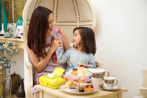 Con gái Lưu Hương Giang đáng yêu như thiên thần bên mẹ 3
