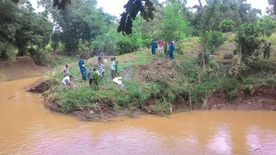 Hàng trăm người dân đứng chật kín trên cầu xem xác chết bên bờ suối 1