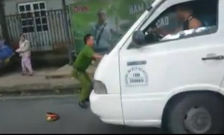 Hà Nội: Xôn xao phụ xe biển xanh vật lộn với Công an trên phố 2