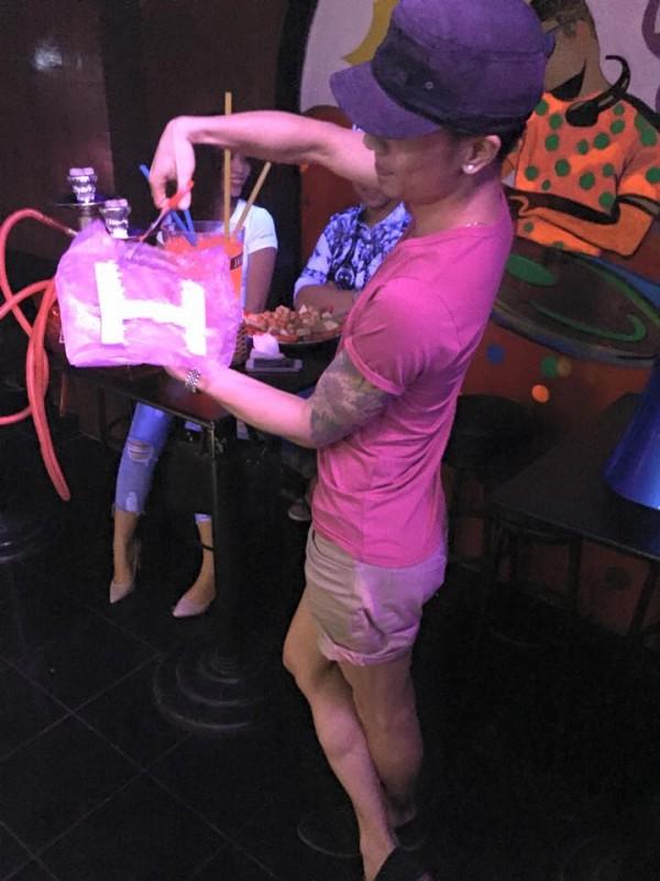 Kenny Sang gây xôn xao dư luận khi cắt nát túi