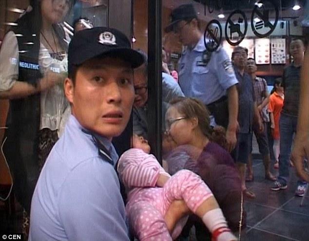 Trung Quốc: Bé gái 2 tuổi đau đớn la hét vì bị kẹp đầu vào cửa 1