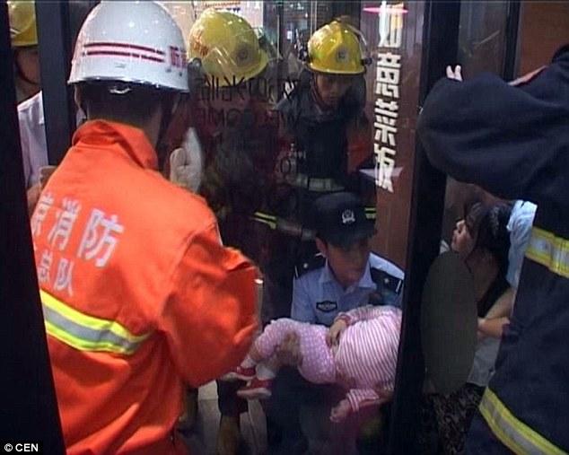 Trung Quốc: Bé gái 2 tuổi đau đớn la hét vì bị kẹp đầu vào cửa 2