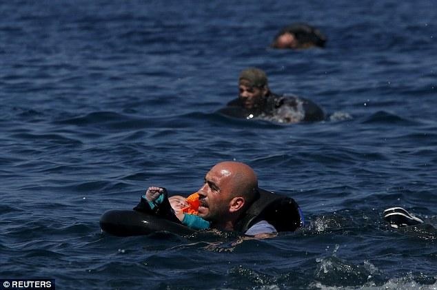 Khủng hoảng nhập cư châu Âu: Cha con tị nạn Syria chới với trên biển 1