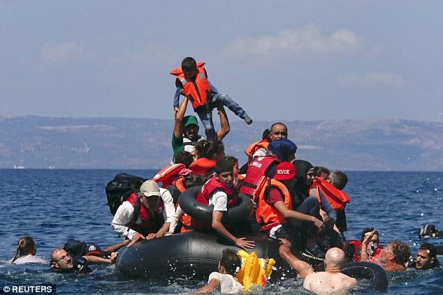 Khủng hoảng nhập cư châu Âu: Cha con tị nạn Syria chới với trên biển 4