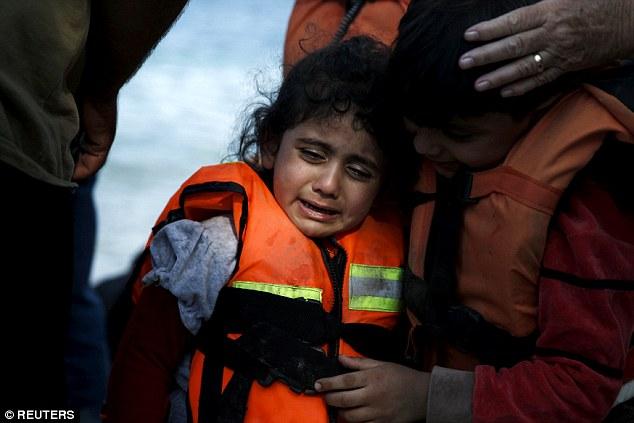 Khủng hoảng nhập cư châu Âu: Cha con tị nạn Syria chới với trên biển 6