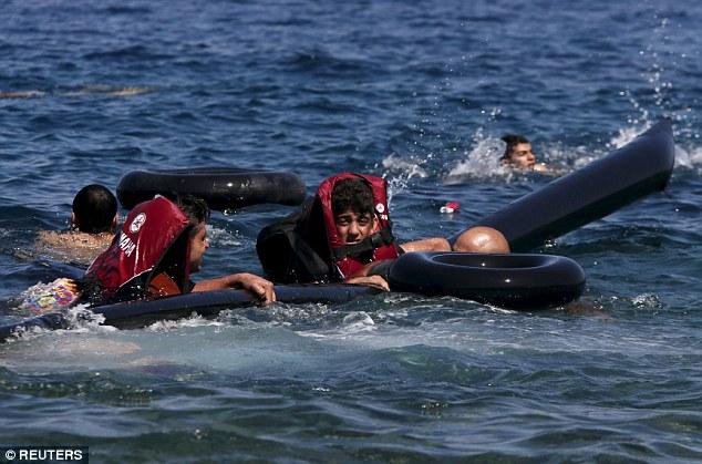 Khủng hoảng nhập cư châu Âu: Cha con tị nạn Syria chới với trên biển 7