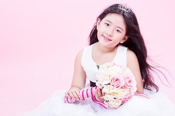 Nhan sắc xinh đẹp của hai cô con gái NSND Hồng Vân 4