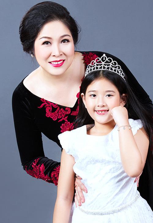 Nhan sắc xinh đẹp của hai cô con gái NSND Hồng Vân 5