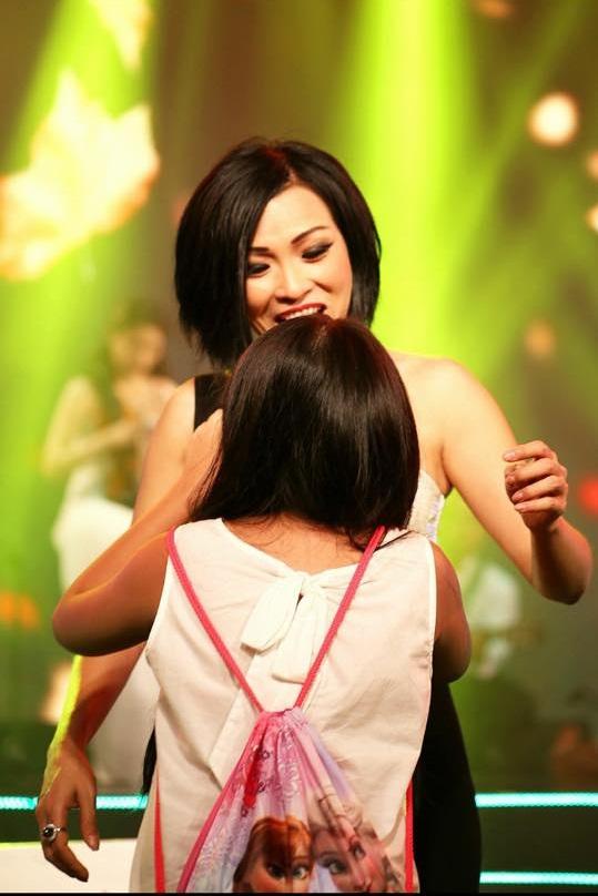 Phương Thanh úp mở khoe con gái trên sân khấu 1