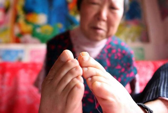 Video: Cụ bà 70 tuổi dùng chân xâu kim và nghị lực vượt khó 1