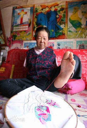 Video: Cụ bà 70 tuổi dùng chân xâu kim và nghị lực vượt khó 4