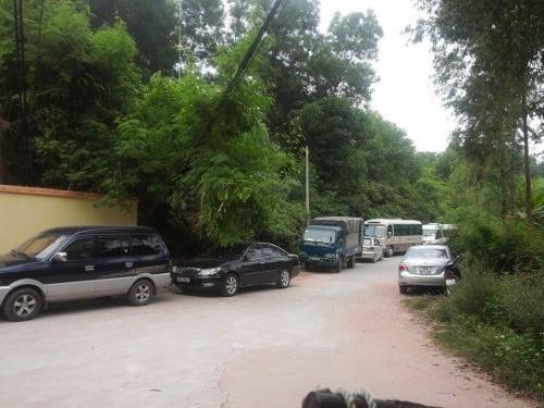 Xe ô tô xếp hàng dài trước nhà