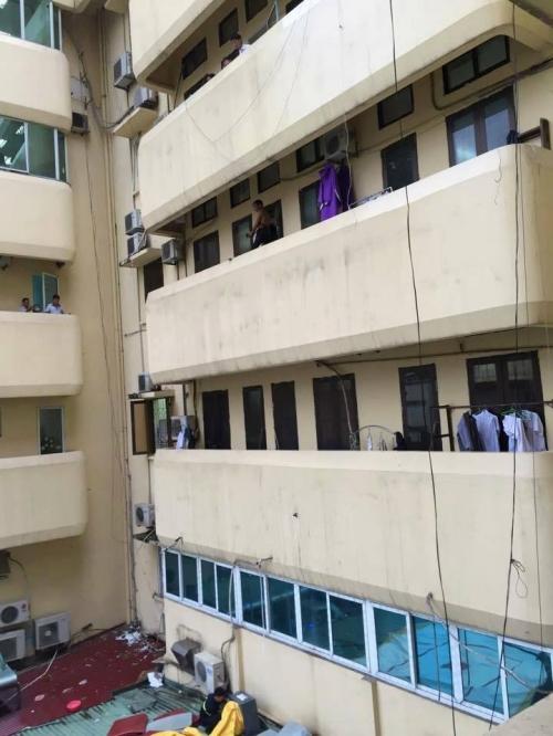 Hà Nội: Thanh niên cầm dao quậy phá trên lan can bệnh viện 1