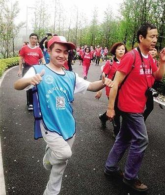 Chạy marathon vòng quanh Trung Quốc chỉ bằng một chân 1